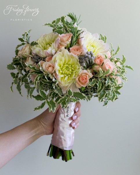 Букет №45 (свадебный), 5200 руб. Состав: дахлия, кустовые розы Свит Сара, бруния, розмарин, питоспорум.