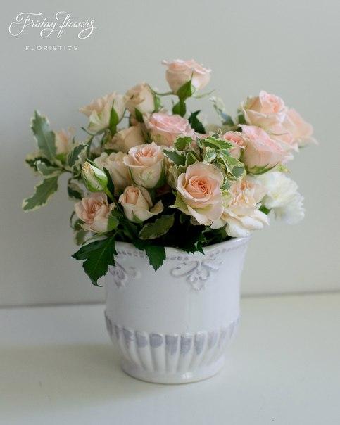 Цветочная композиция на свадьбу. Состав: кустовые розы Свит Сара, диантус (два вида), питоспорум.