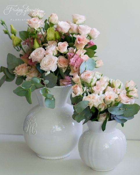 Цветочные композиции на свадьбу. Состав большой композиции: кустовые пионовидные розы Бомбастик, кустовые розы Свит Сара, диантус, эустомы, эвкалипт. Состав малой композиции: кустовые розы Свит Сара, диантус, эвкалипт.