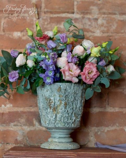 Цветочная композиция на свадьбу. Состав: кустовые пионовидные розы Бомбастик, эустомы (два вида), дельфиниум, эвкалипт