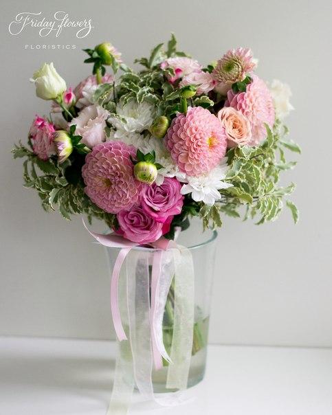 Букет №10, 4000 руб. Состав: дахлия, кустовые пионовидные розы Леди Бомбастик, хризантемы, кустовые розы Рефлекс, эустомы, питоспорум.