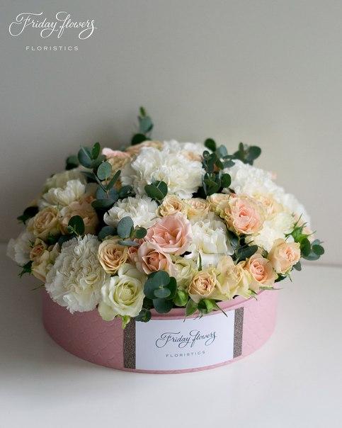 Цветочный тортик №21, 6100 руб.  Размер М (диаметр 22 см) Состав: кустовые розы Свит Сара, кустовые розы Яна, диантус, эвкалипт.