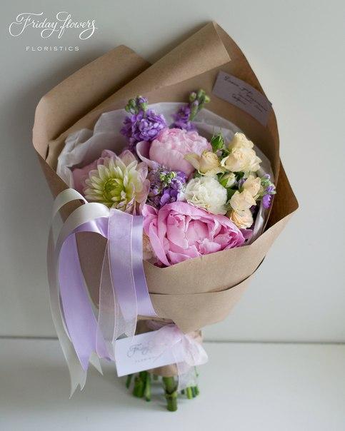 Букет №57, 5500 руб. Состав: дахлия, пионы, матиолла, кустовые розы Салинеро, диантус (два вида).