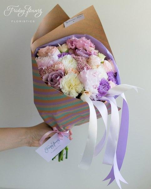 Букет №27, 3650 руб. Состав: пионы, кустовые пионовидные розы Бомбастик, розы Мемори Лейн, эустомы, озотамнус, диантус (два вида).
