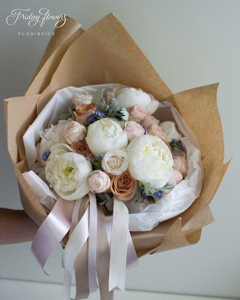 Букет №56, 7000 руб. Состав: пионы, розы Капучино, кустовые пионовидные розы Бомбастик, стахис, сенеция, миосотис.