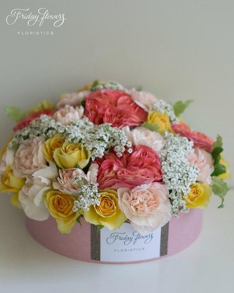 Цветочный тортик №17, 6600 руб. Размер М (диаметр 22 см) Состав: розы Глори Дейс, кустовые розы Бандолеро, диантус, ахиллея.