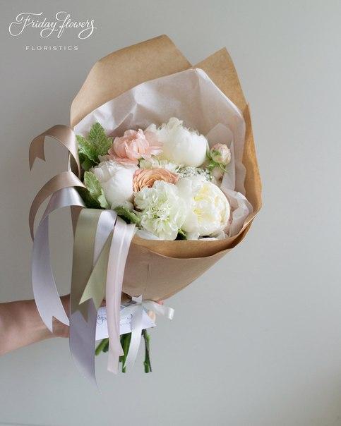 Букет №25, 3500 руб. Состав: пионы, диантус, розы Капучино, ахиллея, питоспорум.