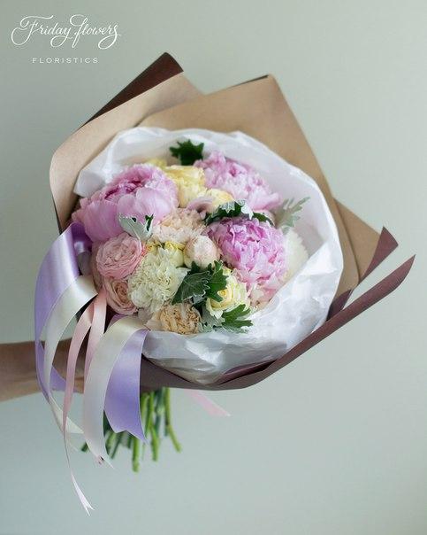 Букет №54, 4500 руб. Состав: пионы, кустовые розы Салинеро, кустовые пионовидные розы Бомбастик, диантус, сенеция.