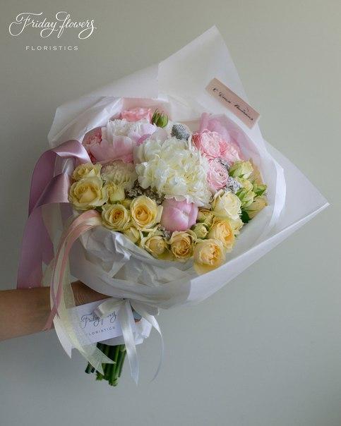 Букет №38, 5000 руб. Состав: пионы, кустовые розы Салинеро, кустовые пионовидные розы Мадам Бомбастик, ахиллея, стахис.