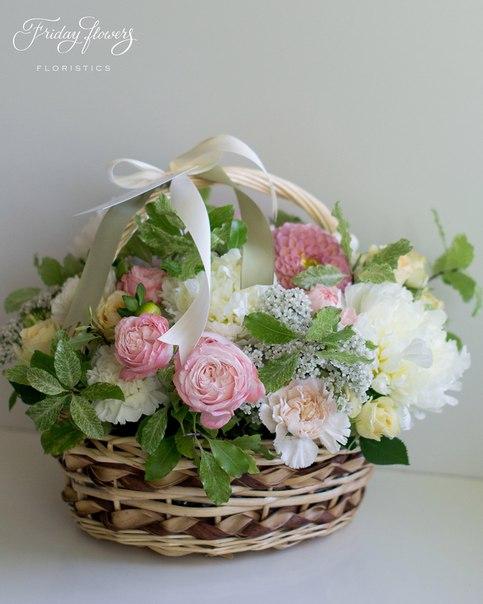 Цветочная корзина №28, 5100 руб. Состав: пионы, кустовые пионовидные розы Мадам Бомбастик, диантус (два вида), кустовые розы Салинеро, ахиллея, дахлия, питоспорум.