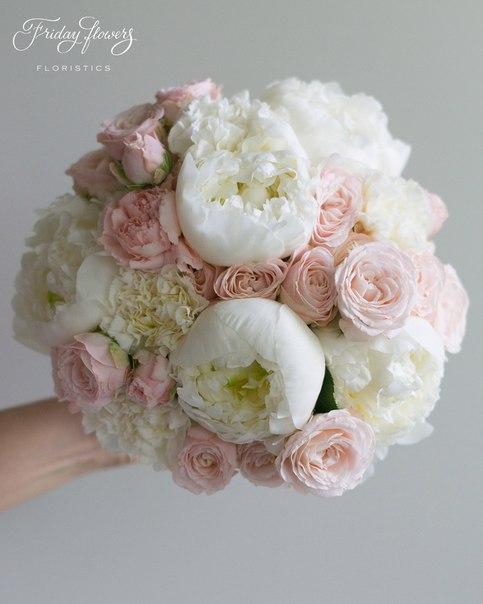 Букет №47 (свадебный), 6000 руб. Состав: пионы, кустовые пионовидные розы Бомбастик, диантус.