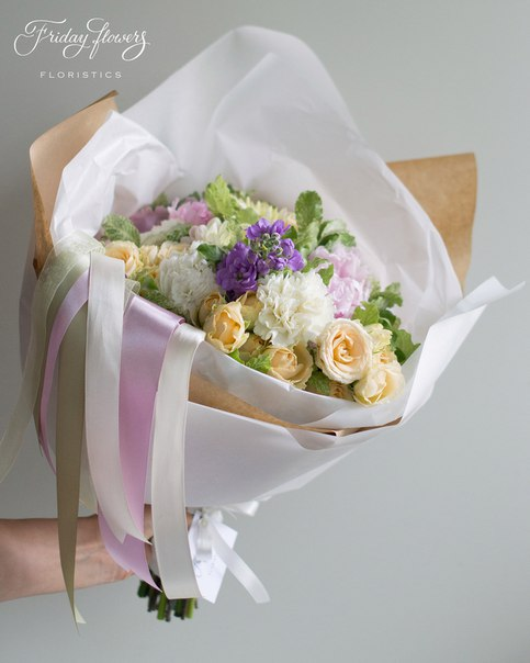 Букет №24, 4000 руб. Состав: кустовые розы Салинеро, пионы, диантус, матиолла, питоспорум.