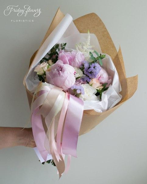 Букет №26, 3000 руб. Состав: пионы, кустовые розы Свит Сара, роза Мемори Лейн, статица, диантус, эвкалипт.