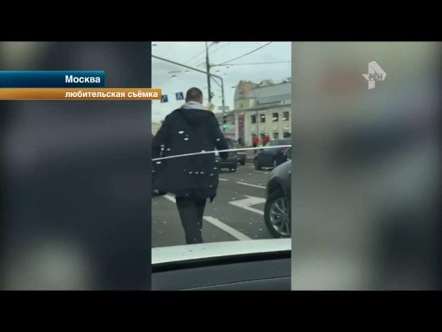 Плюющийся пассажир нападавший на водителя в центре Москвы попал на видео
