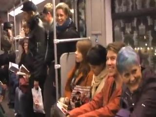 Флешмоб - заразительный смех в метро