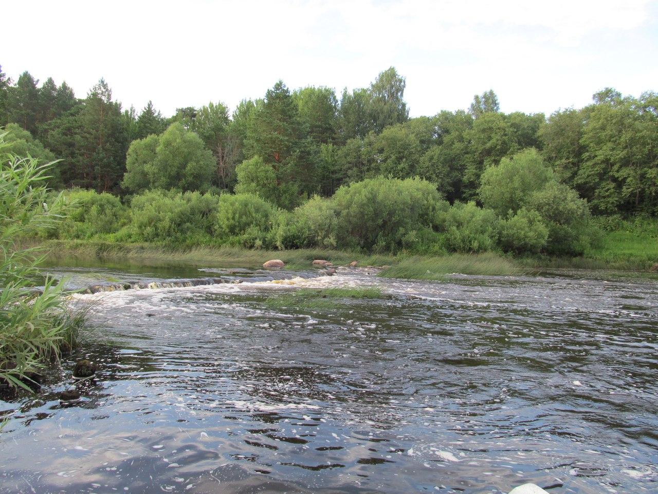 плотина в нижнем течении  реки