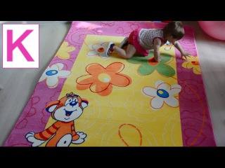 Купили детский мягкий коврик. Малышка Кира везет мягкий детский коврик домой на своей первой машине