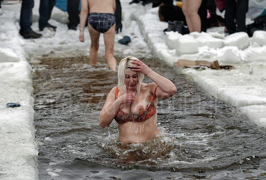 грудастые купаются фото