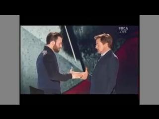 Крис Эванс и Роберт Дауни младший борются пальцами