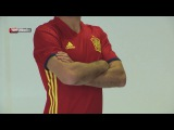 Aduriz y Sergi Roberto posan con la camiseta adidas de la Selección española