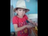 Уля готовит борщ