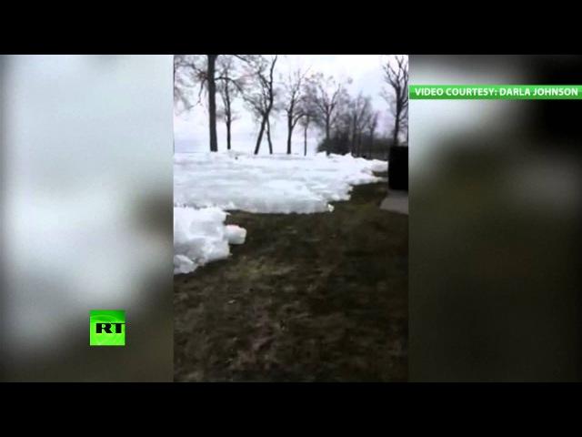 Лед с озера в США подползает к домам (любительское видео)