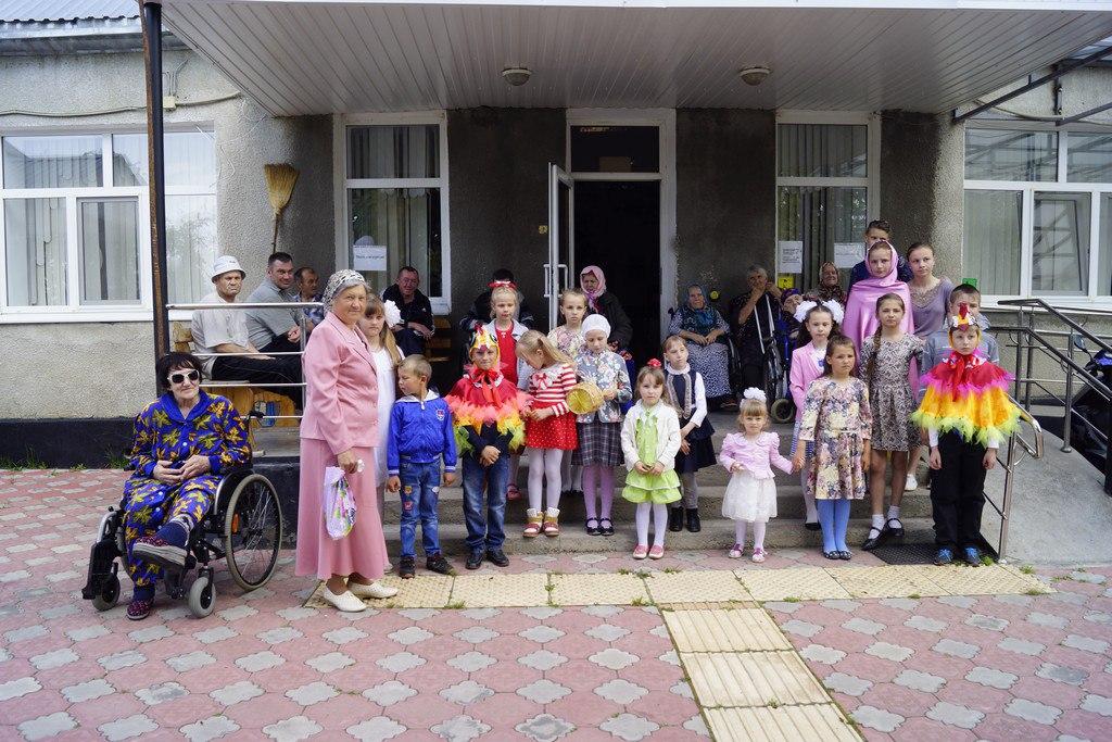 Учащиеся воскресной школы при Покровском храме станицы Кардоникской посетили посетили жильцов специального дома-интерната для престарелых и инвалидов