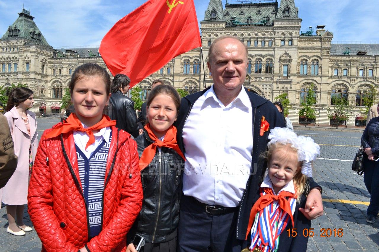 Школьников из Зеленчукского района приняли в пионеры на Красной площади