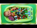 Купаем пупсика в конфетах M&MS, учим цвета на английском Learn colors for children