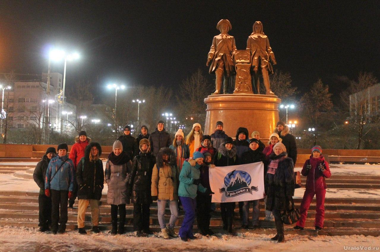 У памятника основателям города