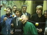 Марк ест яблоко