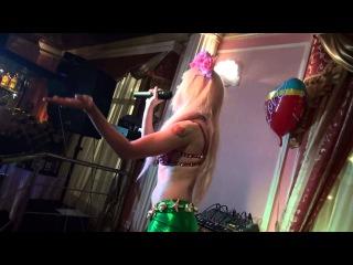 Карина Барби поет красивую песню из кинофильма ТИТАНИК