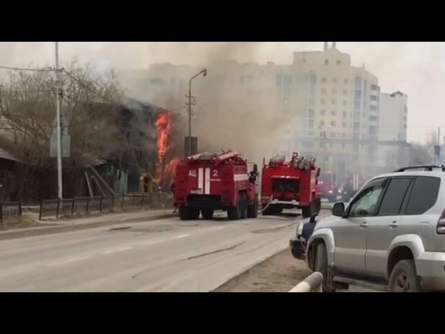 По улице Каландаришвили горят два деревянных дома