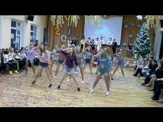 Флешмоб на новогоднем концерте в школе. От пятых классов Оля одна.