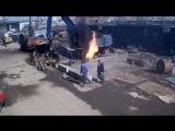 Сварщик режет газовый балон. Жесть.