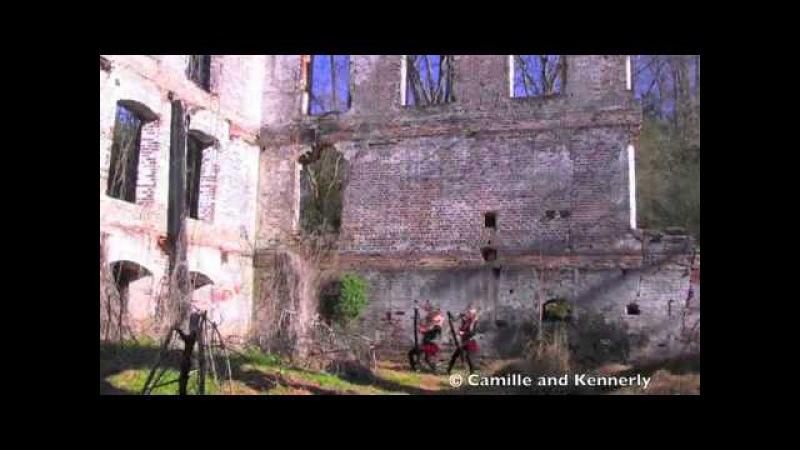 2 девушки играют на арфе