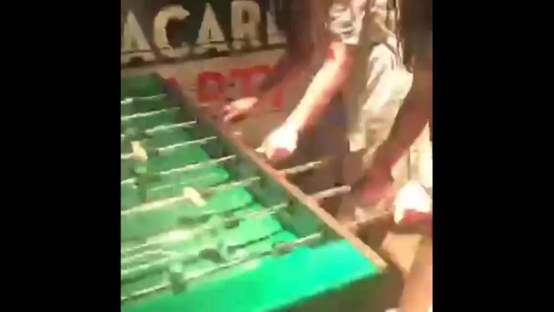 Тот кто не курит и не пьёт играет в футбол