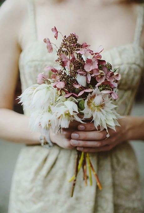 wQm6OezRRkI - Небольшие свадебные букеты невесты (30 фото)