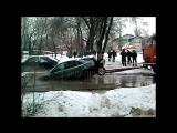 В Жуковском коммунальщики разорвали автомобиль, доставая его из ямы №1