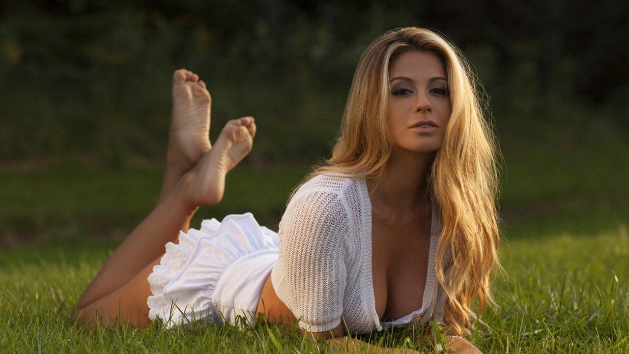 Sexy latina lesbian babes dildo inserting