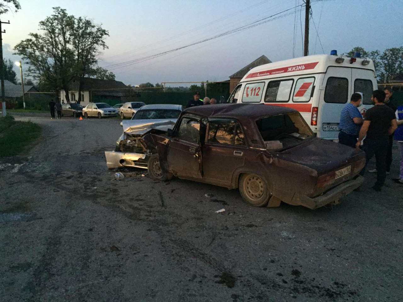Недалеко от Таганрога лоб в лоб столкнулись «ВАЗ-21074» и KIA Spectra