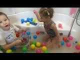 Катя купается в ванной с красками и игрушками для ванной Bath time with paints and toys for bath