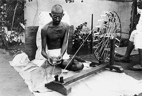 Символом новой сатьяграхи стала чаркха, традиционная индийская прялка. М. Ганди за прялкой