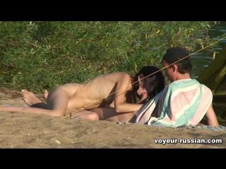 Голая на пляже сосет