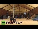 Франция Мусульманские беженцы собираются для молитвы в мечети в импровизированном лагере Кале.
