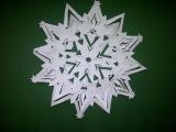 Как вырезать из бумаги 3D снежинку, чтобы украсить дом на новый год или рождество