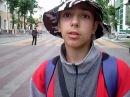 Мальчик-кришнаит дает интервью на улице Молодечно