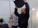Arnim (Beatsteaks) balanciert Stuhl und Mikro
