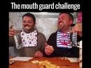 История о том, как два мужика пытались съесть что-либо с открытым ртом :)