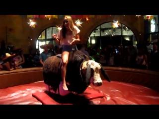 Девушка на быке дает жару